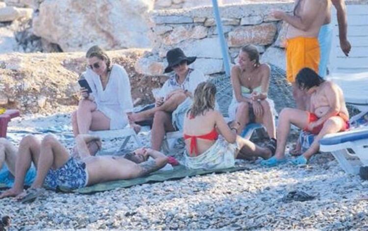 Ünlü aşıklar halk plajında denize girip, şezlonga 30 TL verdiler!