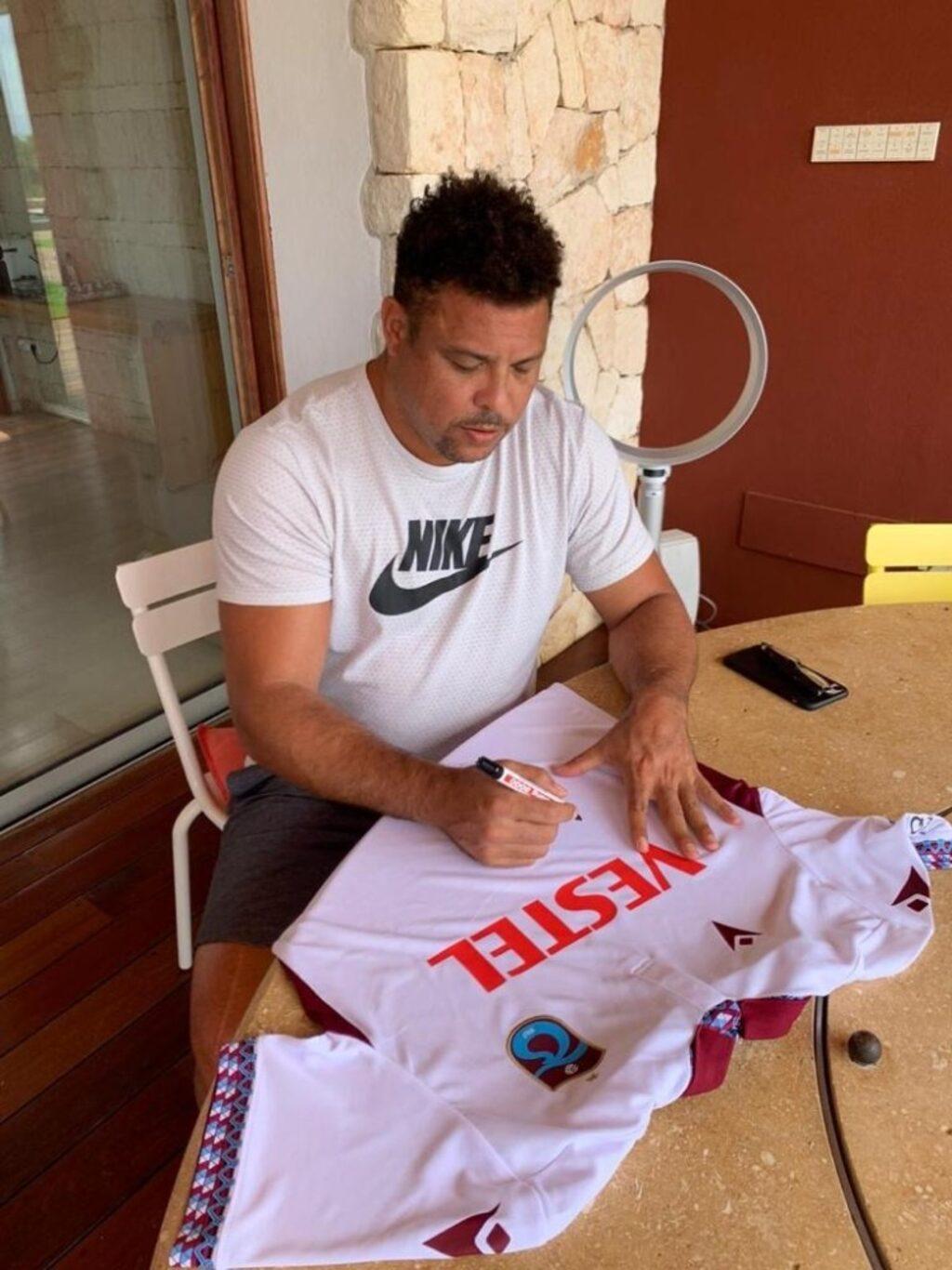 Dünya futbolunun efsanesi Ronaldo, Trabzonspor formasını özel koleksiyonuna aldı!