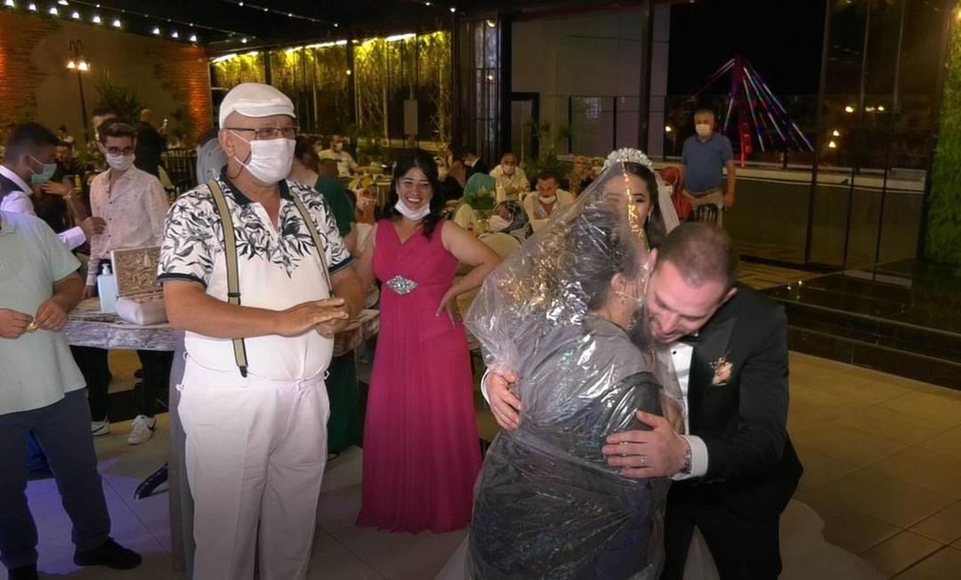Düğünde ilginç korona önlemi! Kafasına poşeti geçirdi ve...