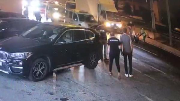 İstanbul'un göbeğinde otomobilden atılan kadın ezilmekten son anda kurtuldu