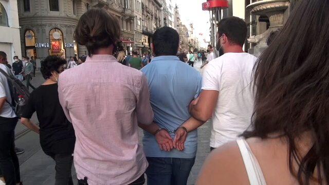 İstiklal Caddesi'nin ortasında adım adım taciz!