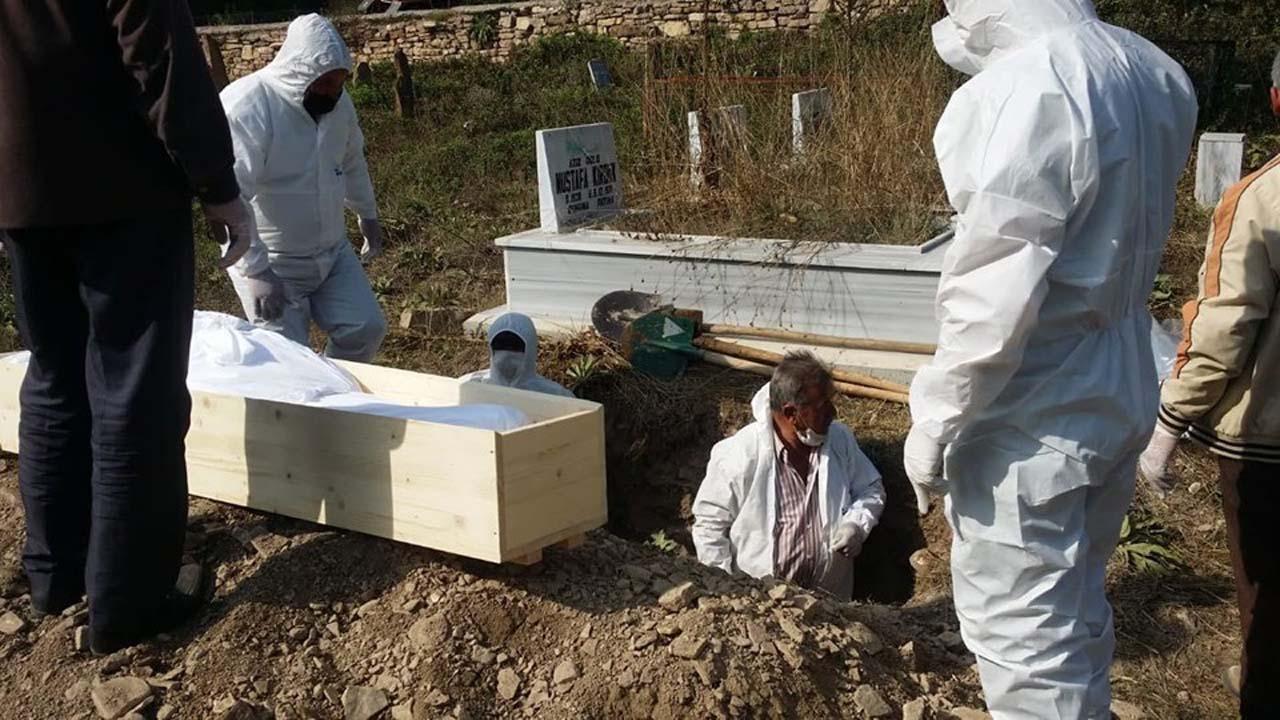 Koronavirüsten ölen kişinin tabutu yakıldı