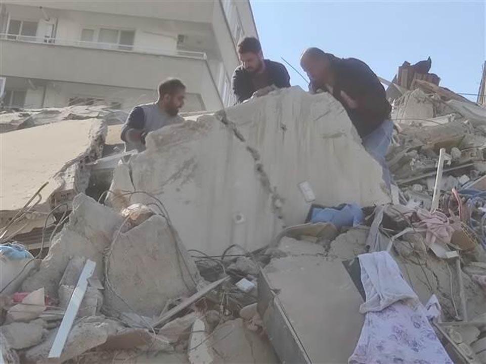İzmir'de 6,6 büyüklüğünde deprem! 20'ye yakın ev yıkıldı, 1 kişi enkazdan sağ çıkarıldı