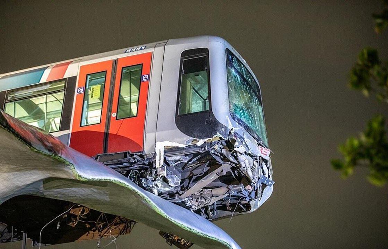 Felaket tren kazası: 7,5 metre yükseklikte asılı kaldı