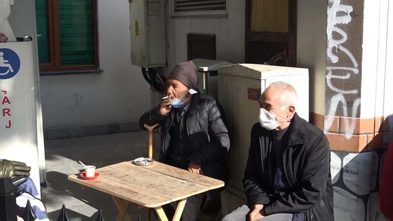 Başkan yardımcısından dışarıda sigara içen genci titreten soru: Delikanlı, 900 liran var mı?