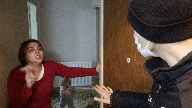 Kıskançlık krizi geçiren kadın, kocasını oklavayla darp edip sokağa attı!