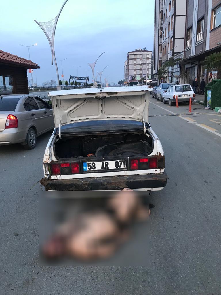 Dövdükleri adamı bagajdan çıkartıp yo ortasına atarken polise yakalandılar