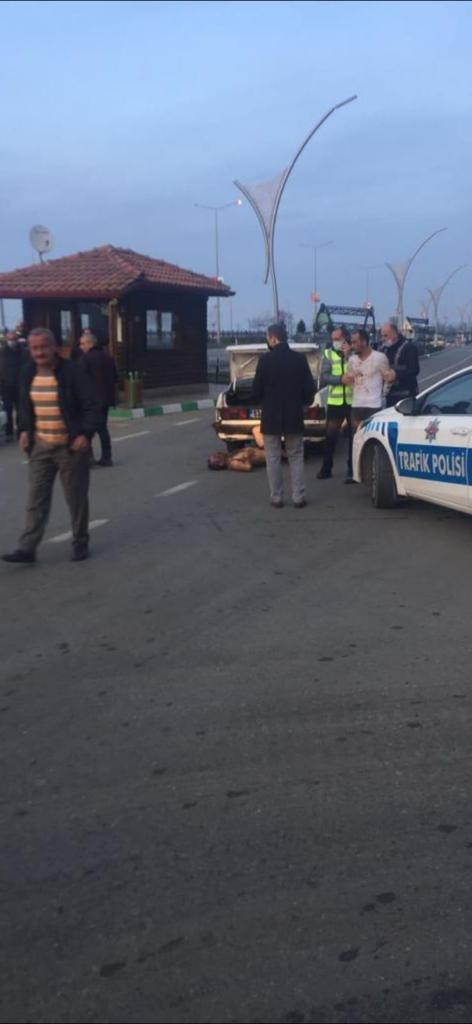 Dövdükleri adamı bagajdan çıkartıp sokak ortasına atarken polise yakalandılar
