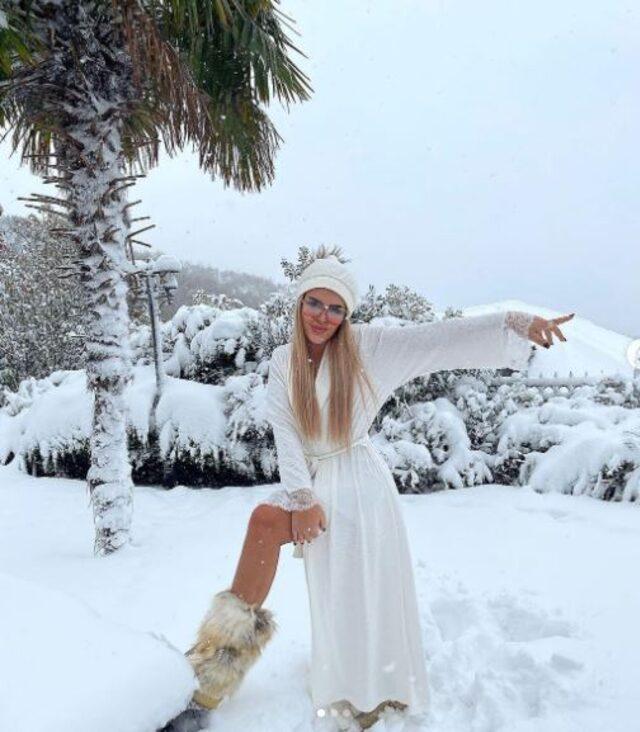 Gecelikle kar pozu veren Selin Ciğerci sosyal medyayı salladı!
