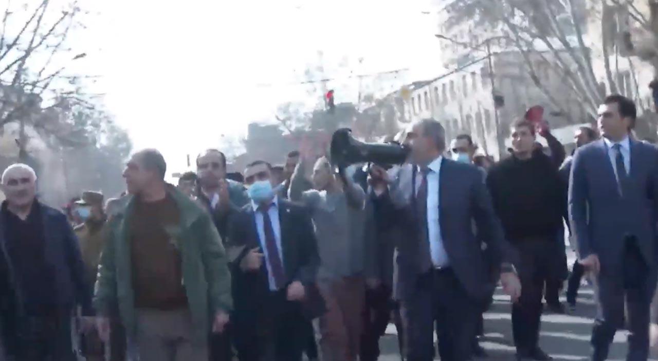 Ermenistan'da kriz! Ordu, Başbakan Paşinyan'ı istifaya çağırdı, halk sokağa döküldü