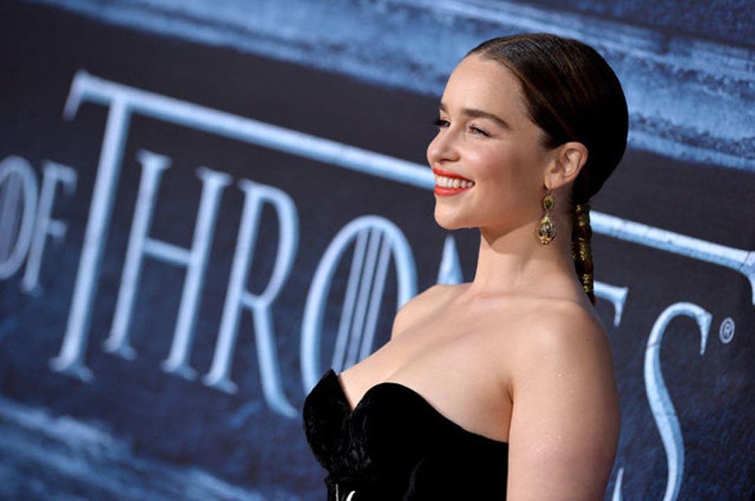 Game of Thrones'un yıldızı Emilia Clarke çöpçatan sitesine kaydoldu