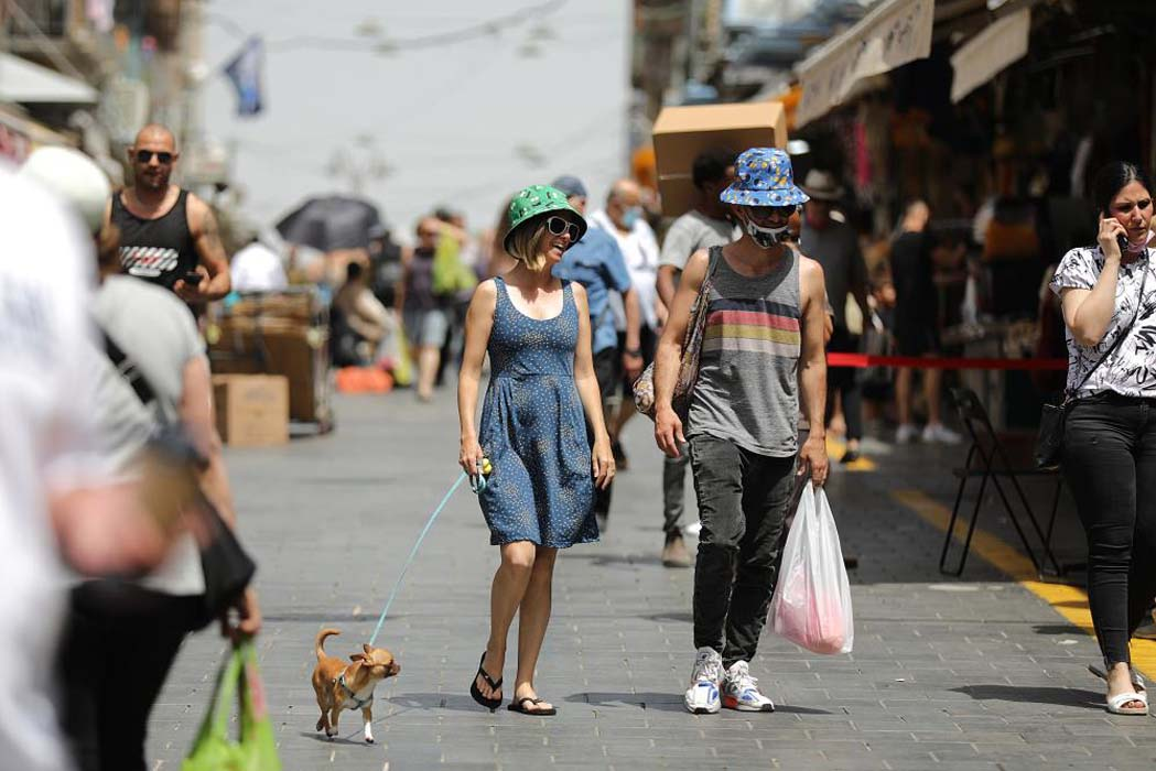 Dünyadaki en hızlı aşılama kampanyasının yürütüldüğü İsrail'de açık alanlarda maske takma zorunluluğu kaldırıldı